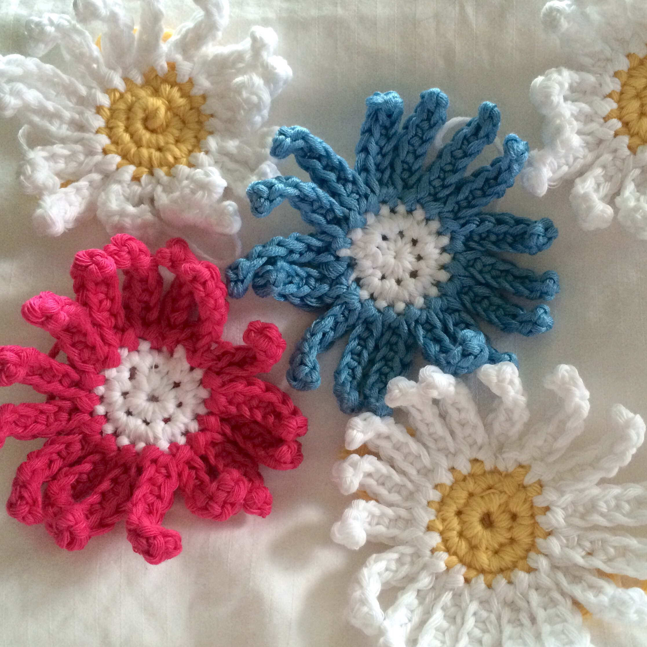 Crochet daisy garland sewchet i made thirteen daisies in total seven coloured ones and six white ones so that every other daisy on the garland would be white izmirmasajfo